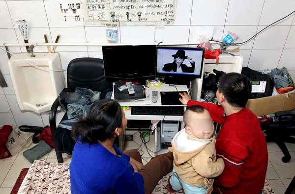 lafamiliadezenglijunobs - Una familia lleva seis años viviendo dentro de un baño público en China
